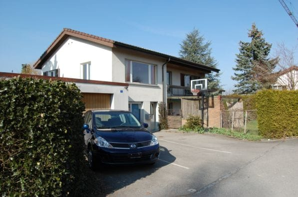 older foto of the front view of our house