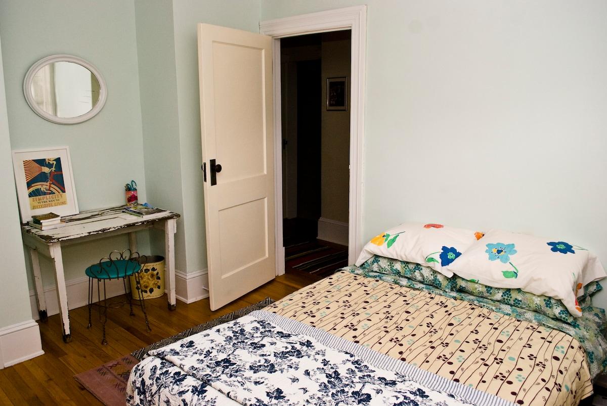 Charming Cottage Room - North Adams