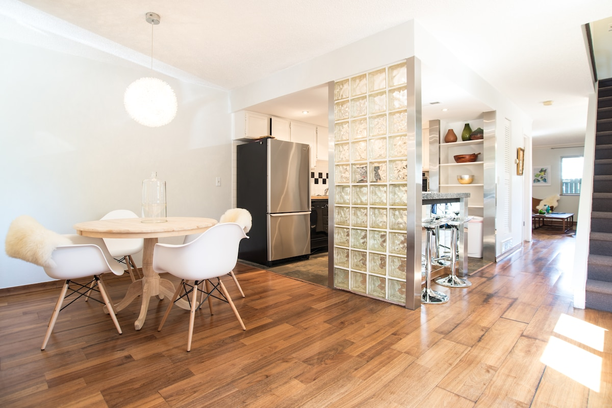 separate dining, eat in kitchen, pretty light