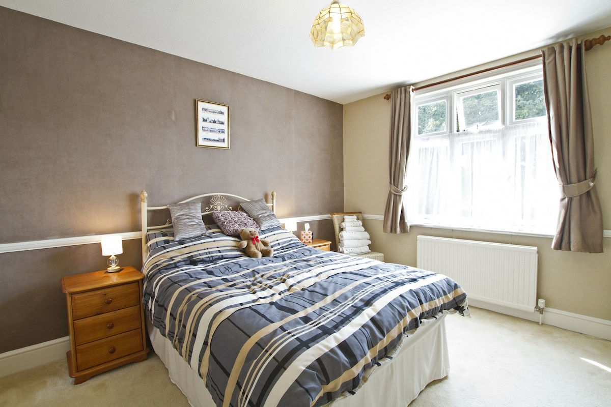 Bright & airy double bedroom, bedside cabinets, chair/towels & double window