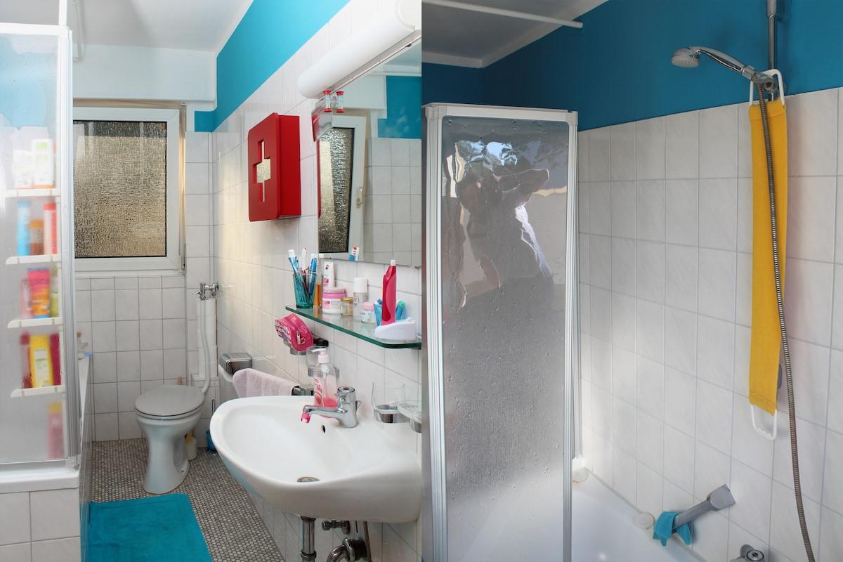 Das Badezimmer mit Duschwanne, WC und Waschbecken. --- The bathroom with bathtub, wc and washbasin.