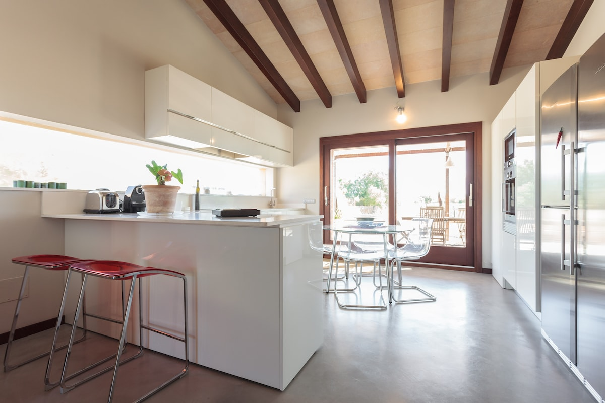 Luminosa cocina de diseño italiano totalmente equipada.