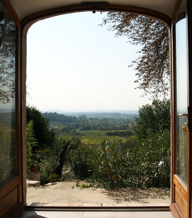 A beautiful view from the bed of the first bedroom / la vue manifique du lit de la première chambre