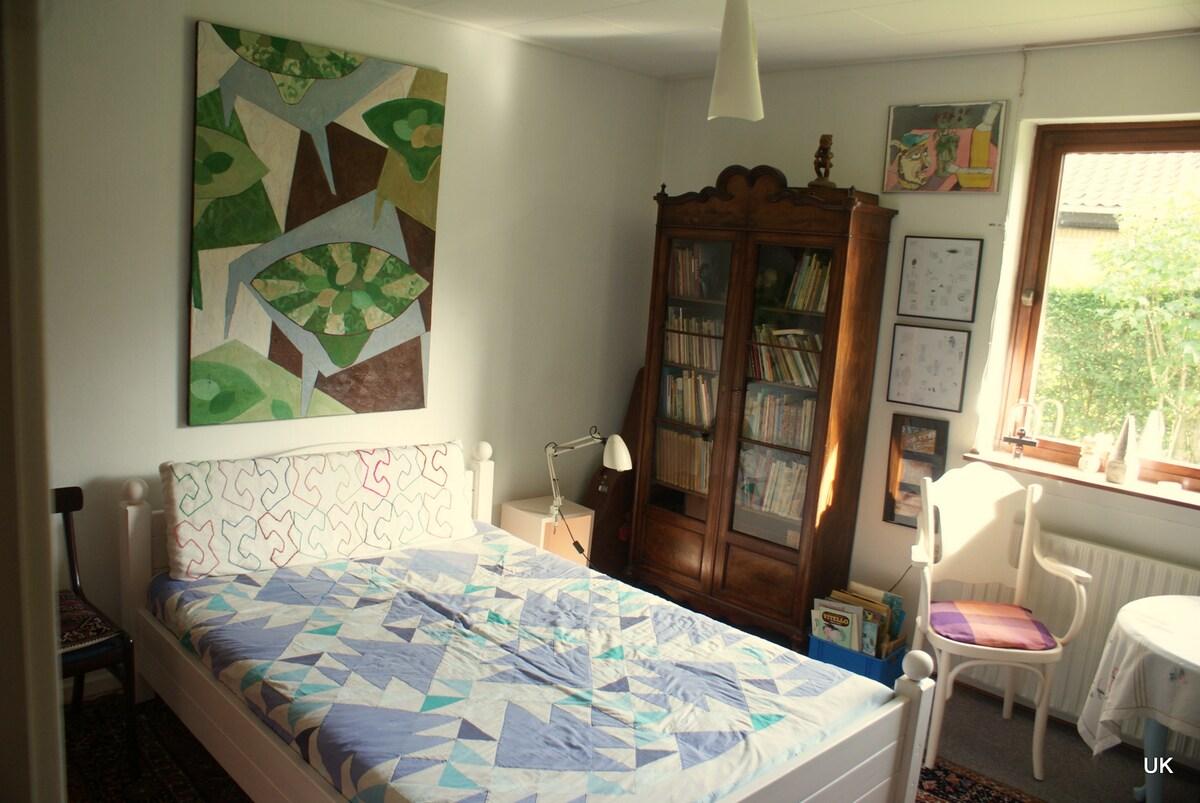 Sjovt værelse med kunst på væggene