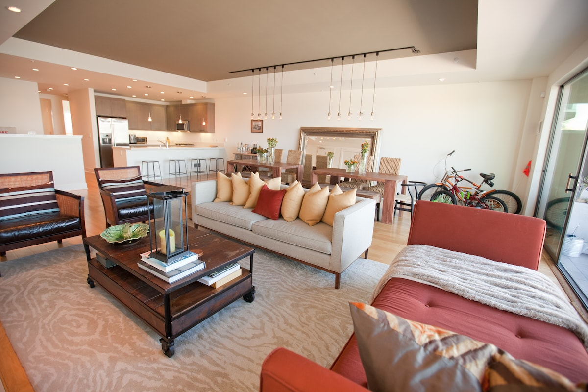 Amazing 1500 square foot apartment. The ultimate vacation suite, with views of the bay and an open plan.
