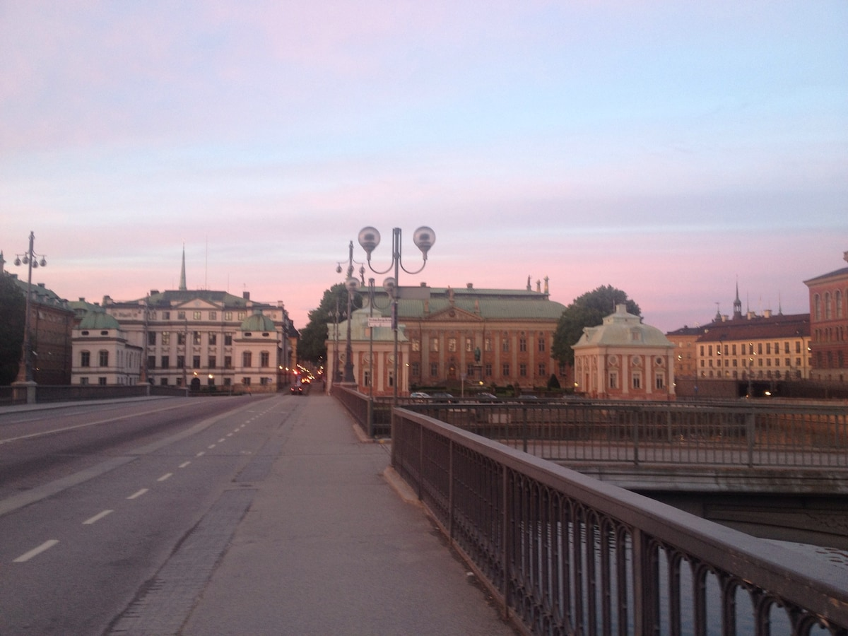 Only ten minutes walk from central station is Gamla Stan. The building 2 min from local metro station. Busses and ferries on the block.