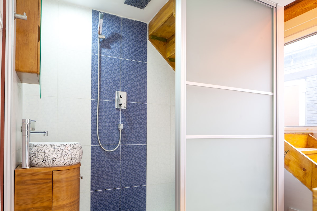 Cozy room with en-suite bathroom. Iprovide fresh towels, shampoo, body wash, hair dryer
