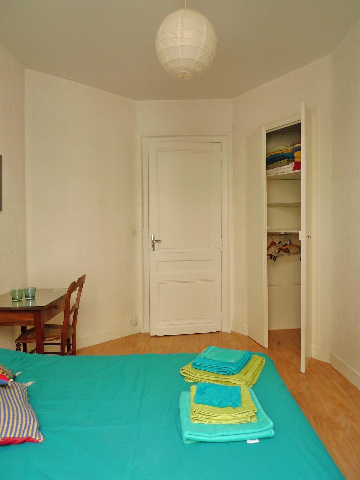 Votre chambre : porte d'entrée, placard et penderie. Storage cupboard with handing space and shelves.
