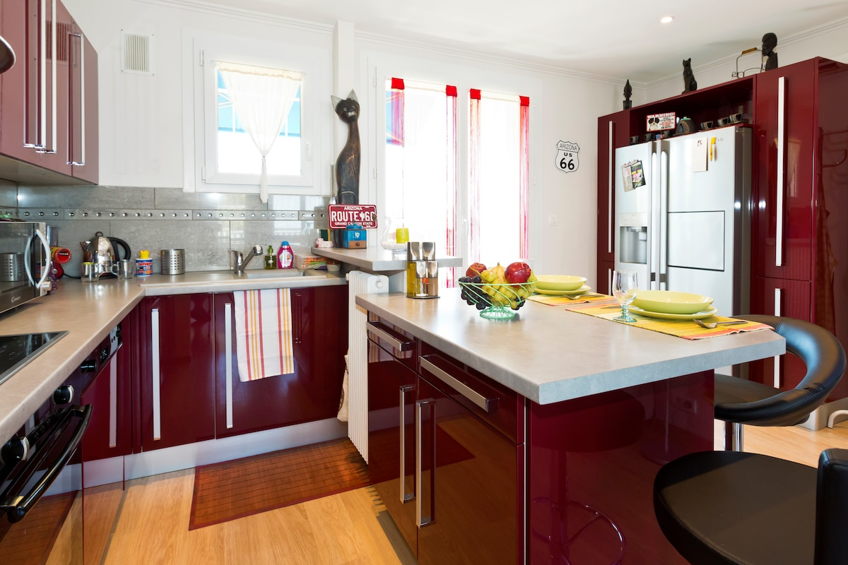 CUISINE ET COIN REPAS, EQUIPEMENTS PRINCIPAUX: INDUCTION, FOUR, LAVE VAISSELLE, REFRIGERATEUR AMERICAIN etc... // KITCHEN AND DINING AREA, MAIN FEATURES: INDUCTION, OVEN, DISHWASHER, FRIDGE, FREEZER so on ...