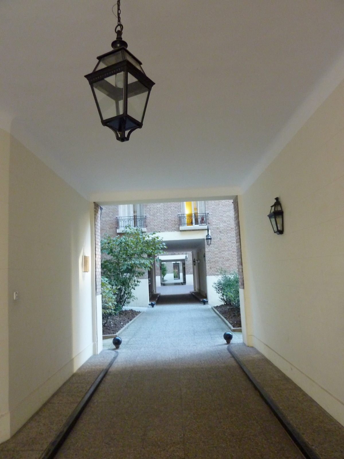 The entrance porch with a concierge on the right and access code during the night !