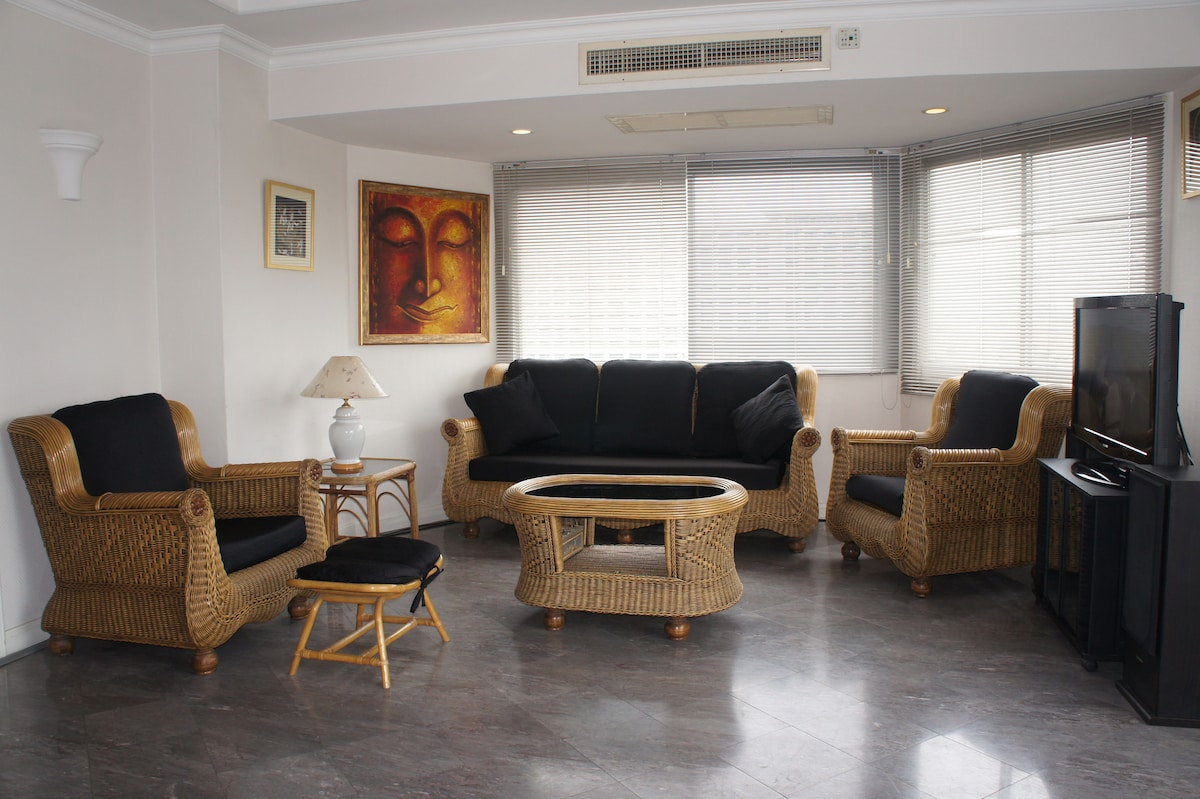 Large lounge area, with a Flat-Screen TV, 80+ cable channels, Free Wi-Fi throughout.