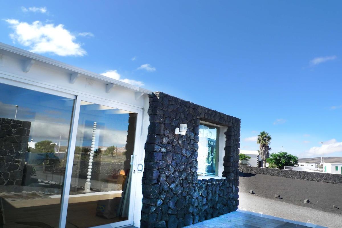 Tu retiro  con Arte en Lanzarote. ¿Te gusta? Es Genial para descansar y crear..