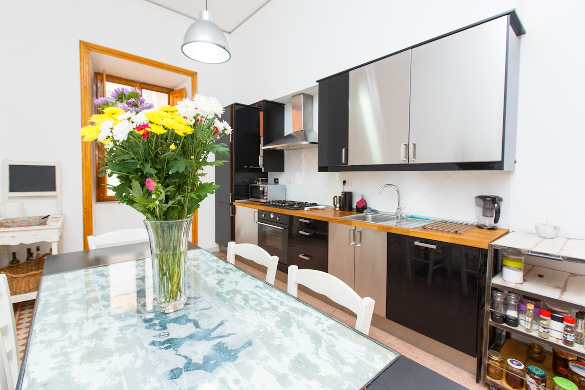 Kitchen with a 5 burner hob with dishwasher, microwave, blender, drip coffee maker and moka.