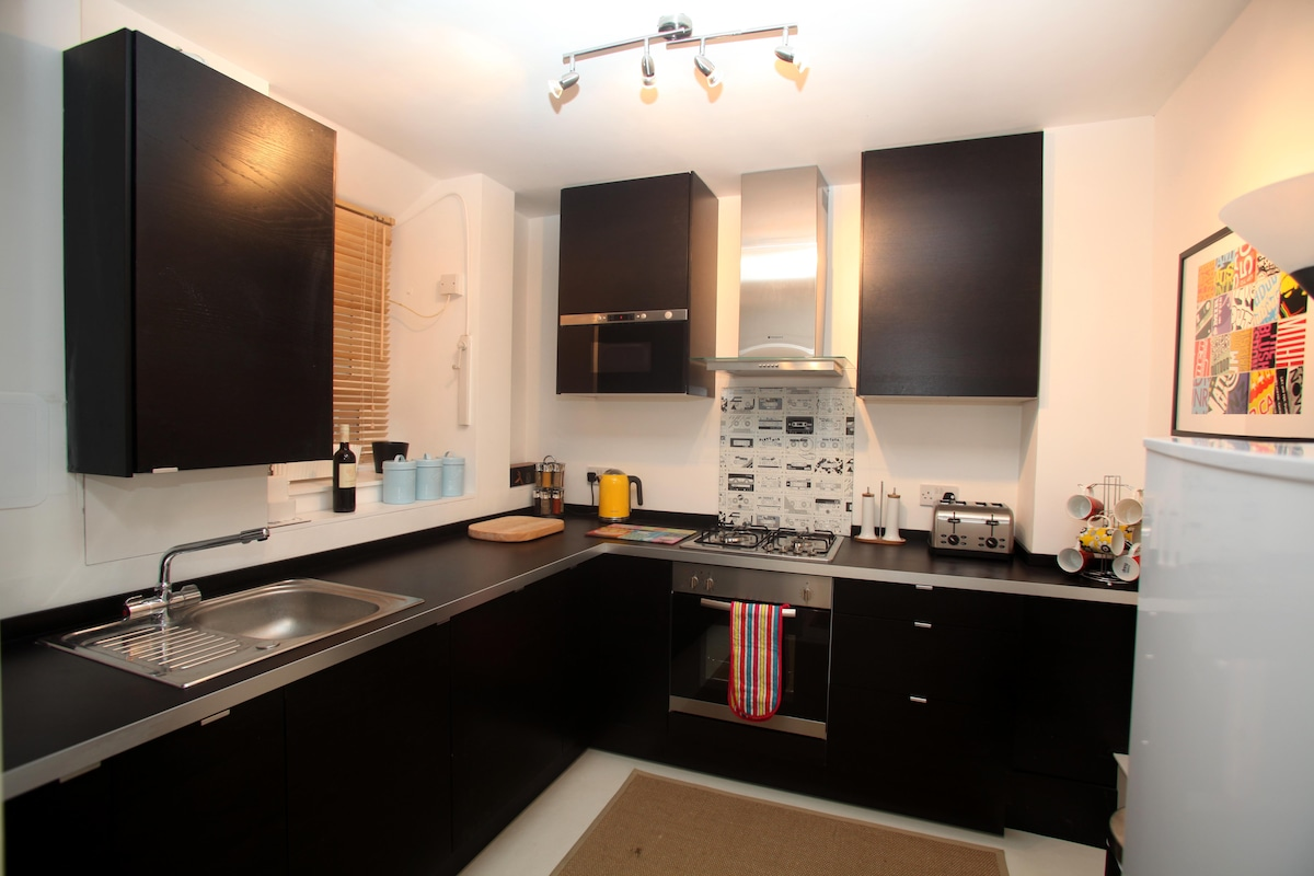 Modern, well equipped kitchen with oven, washer, microwave, gas hob, fridge freezer and dishwasher!
