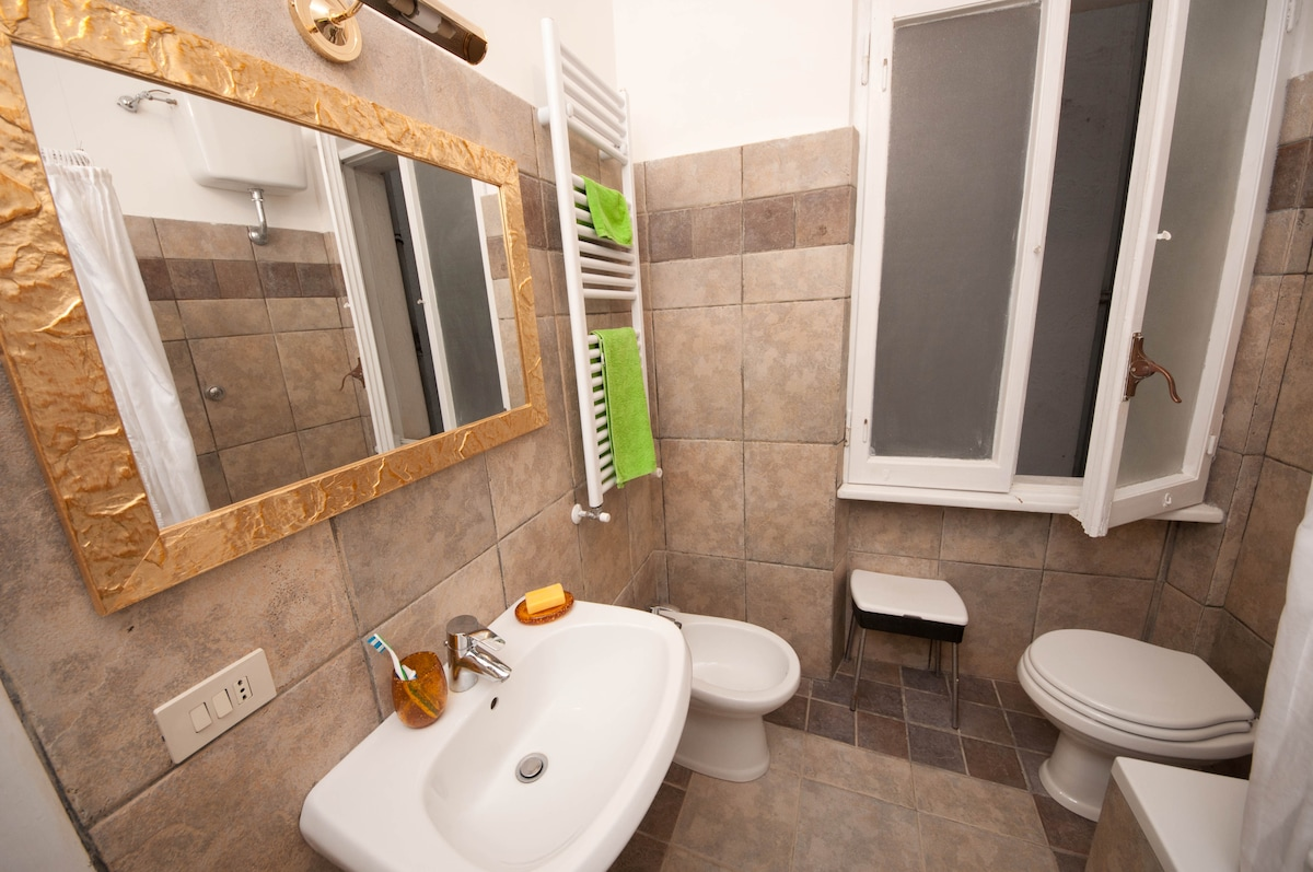 Your private bathroom, large and stylish - photo A