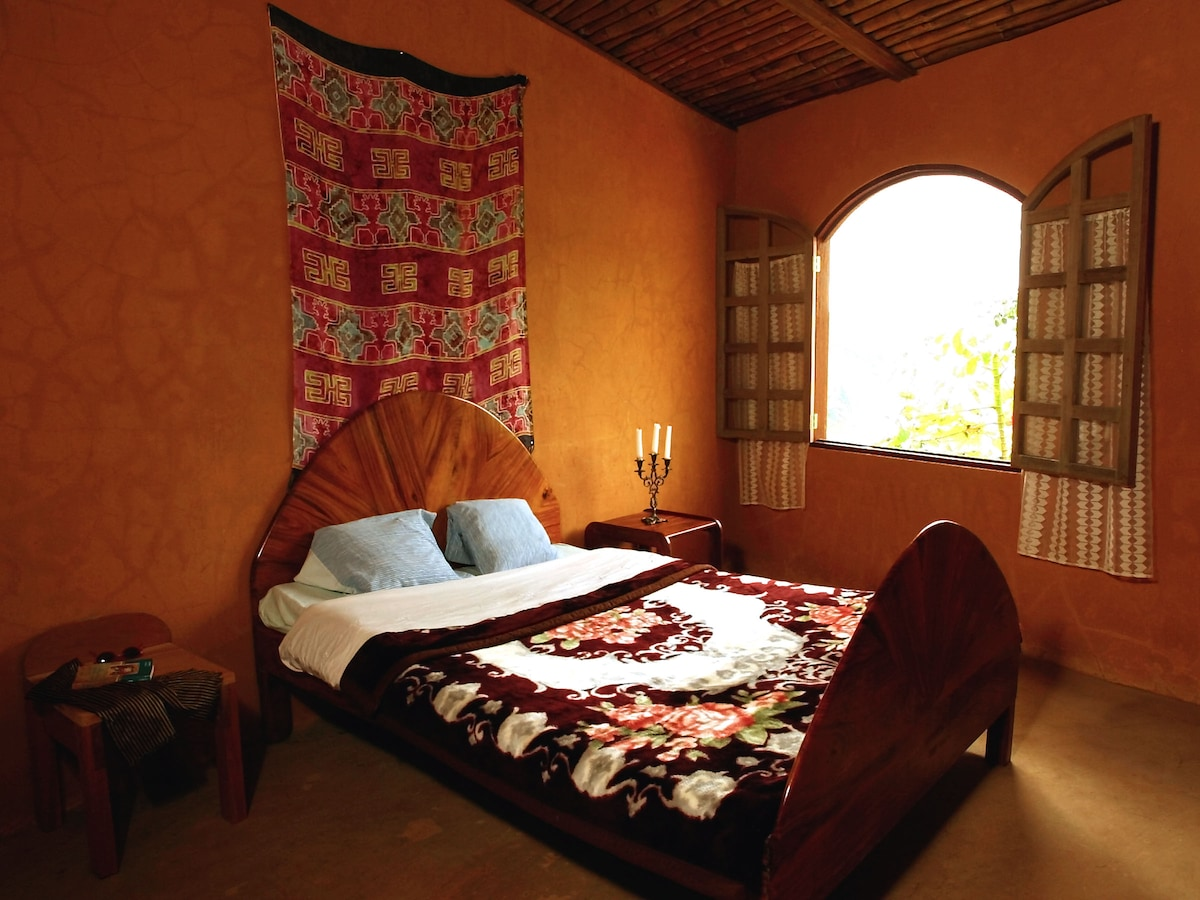 One of the 5 bedrooms - Uno de los cinco dormitorios