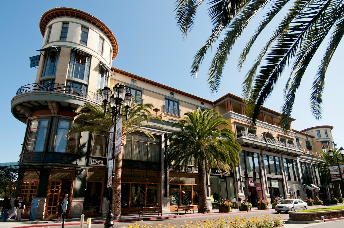 Santana Row is one of Silicon Valley's premier luxury living, shopping and entertainment destinations.
