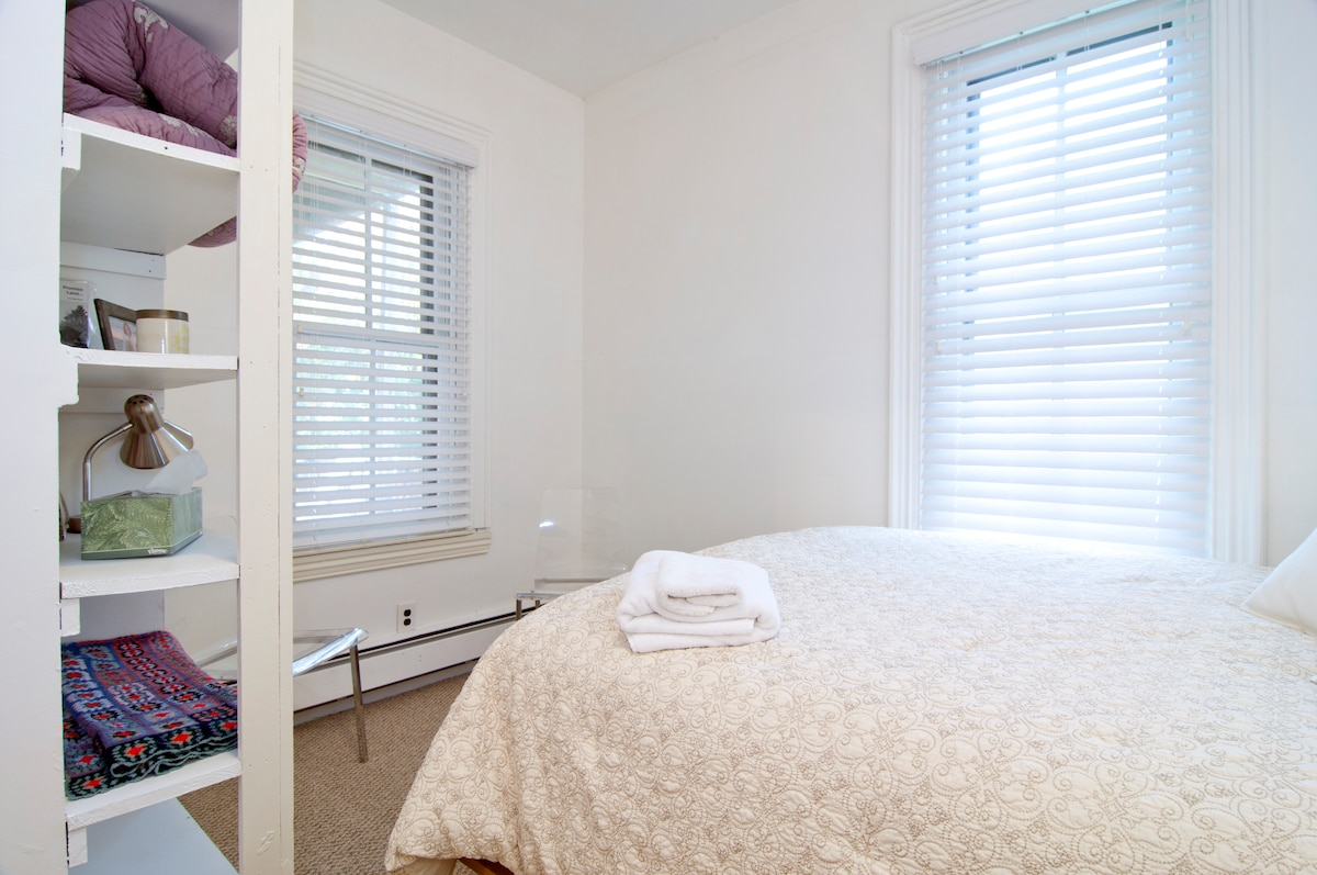 Super comfortable real queen size bed. Linens are provided.