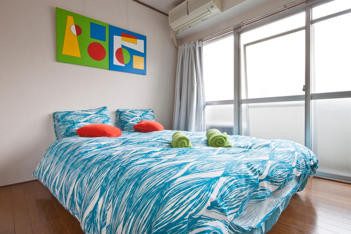 Large Double Bed.  For more than 2 guests, futon beds can be placed next to this bed.
