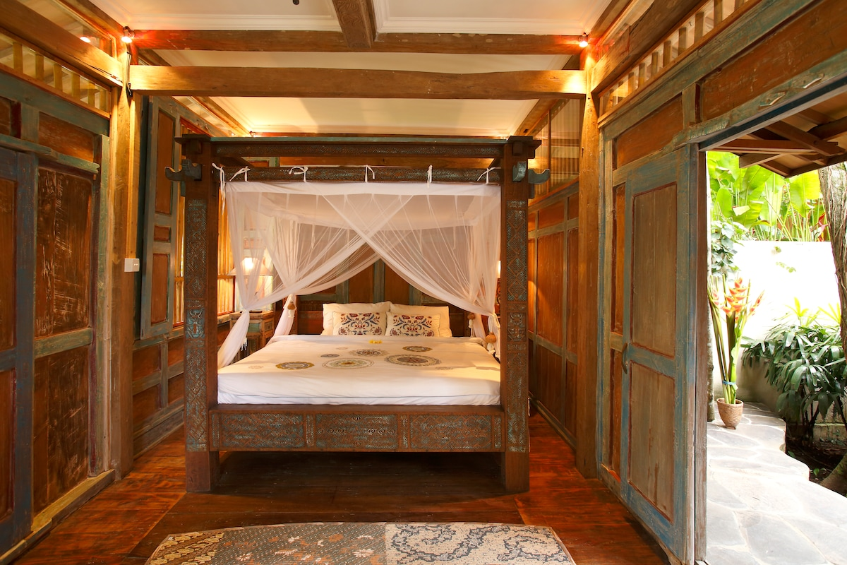 Four poster Timorese bed with an imported latex (non allergenic) mattress.  2mx2m