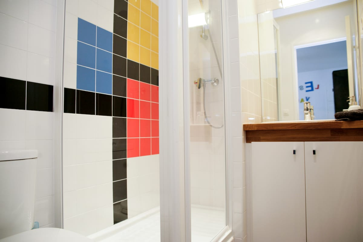 Before or after the day, relax in this Piet Mondrian style bathroom