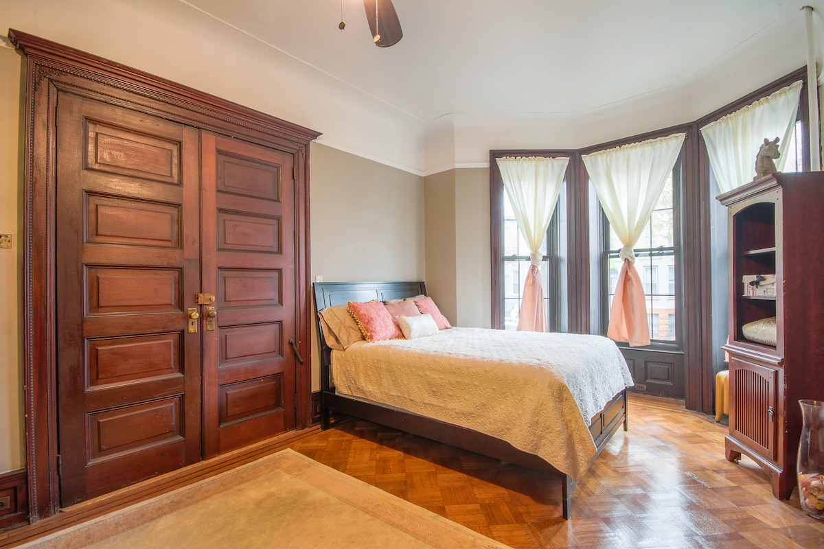 Master Bedroom with sitting area and Queen bed