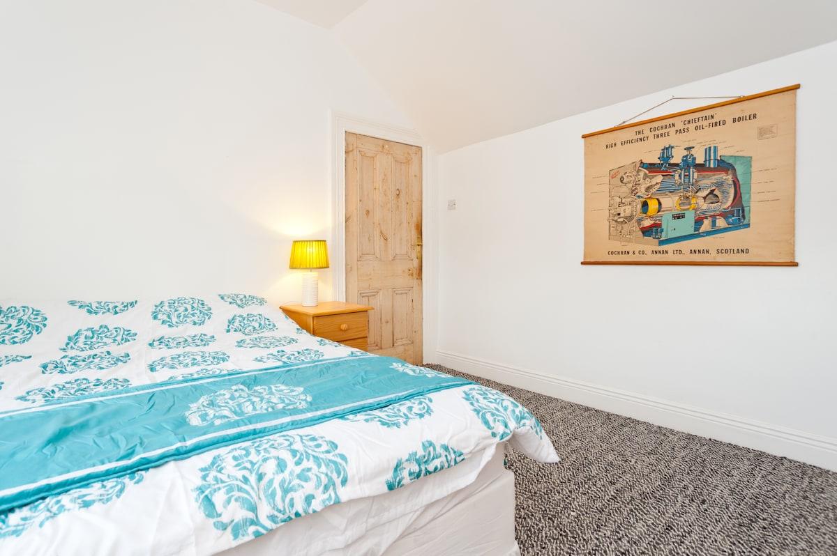 guest bedroom. view 3