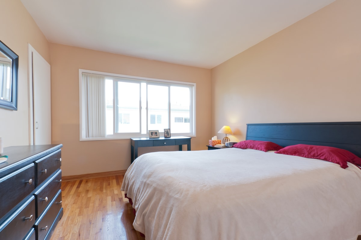 Queen size bed. The room looks over a quiet and bright courtyard. It is very quiet and you will sleep like a rock!