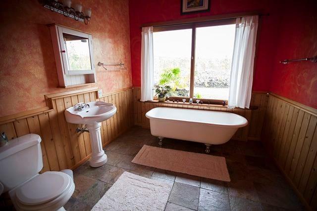 The Aloha room's bathroom