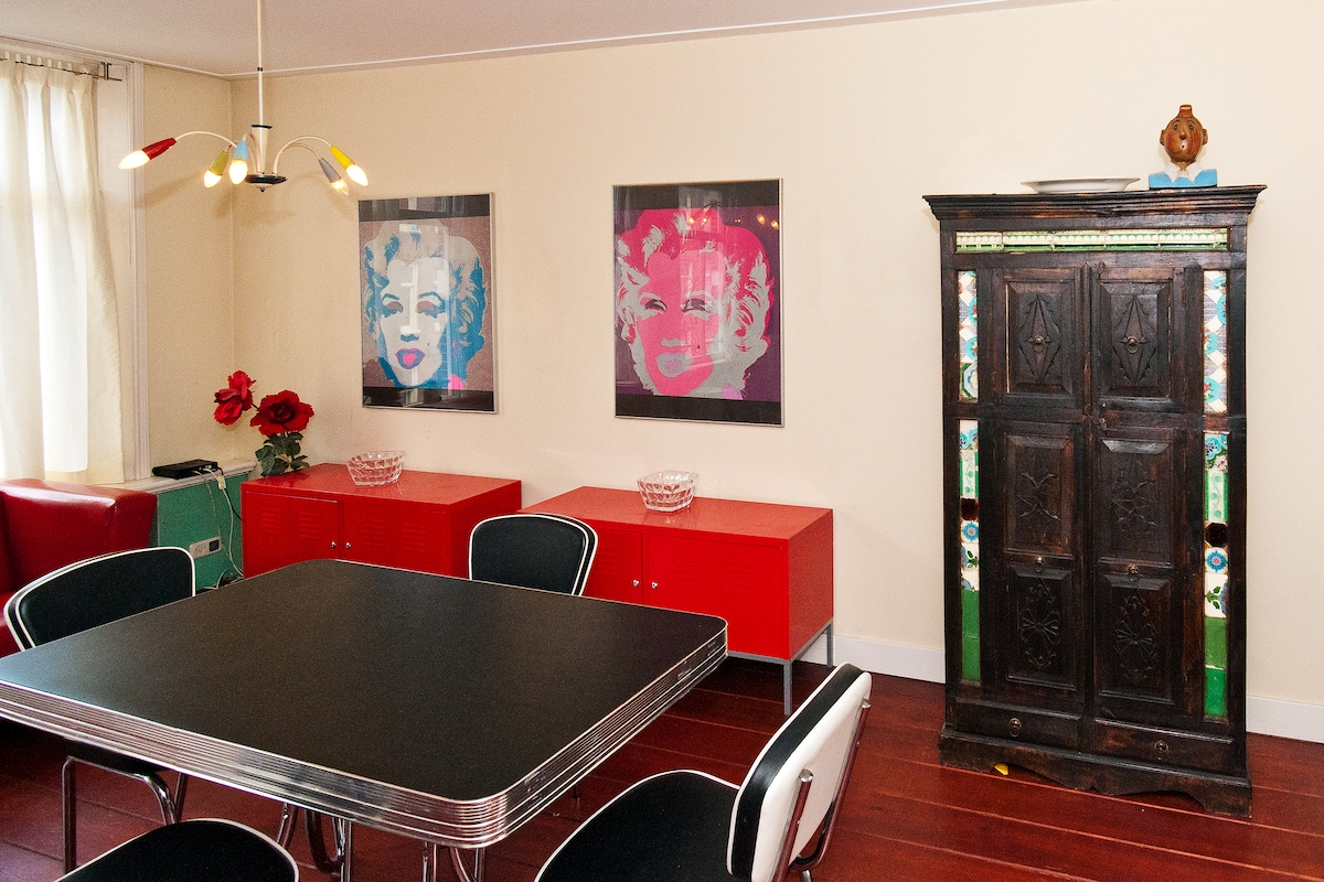 Spacious welcoming & warm retro style living room with US style diner set, 2 warhols, a sleeping couch, wifi & flatscreen
