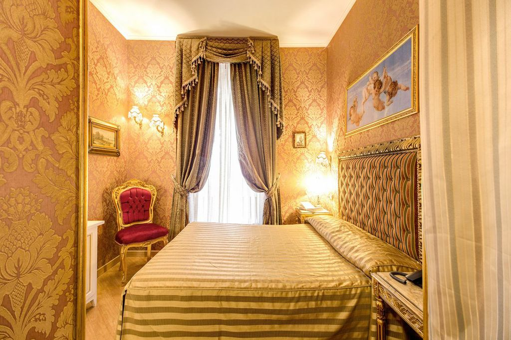 Romantic room close to Colosseum