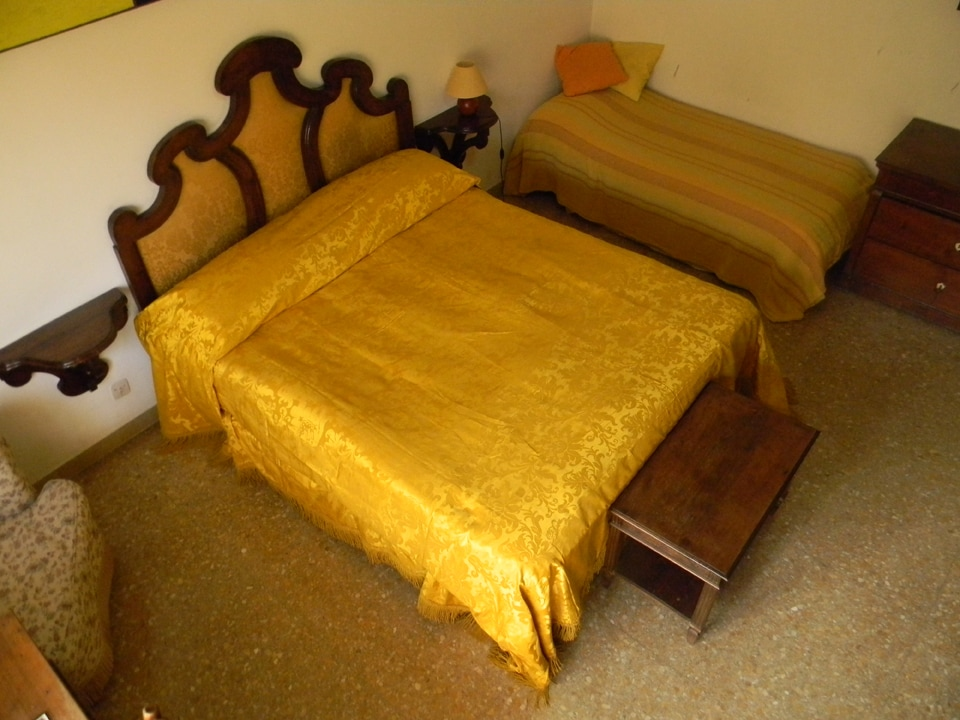 The second single bed of the room