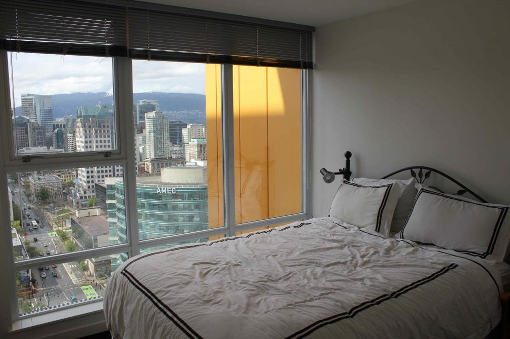 Bedroom with King size bed and AMZAING view of city