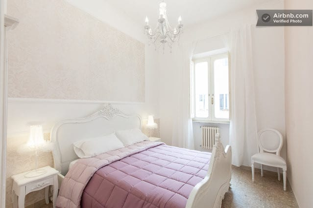 The PrettyDancer Room is a gem of room décors with love and care, with soft colors and fluffy white to pink, you will feel like a cloud, between tulle and lace. The bajour are real tutu.