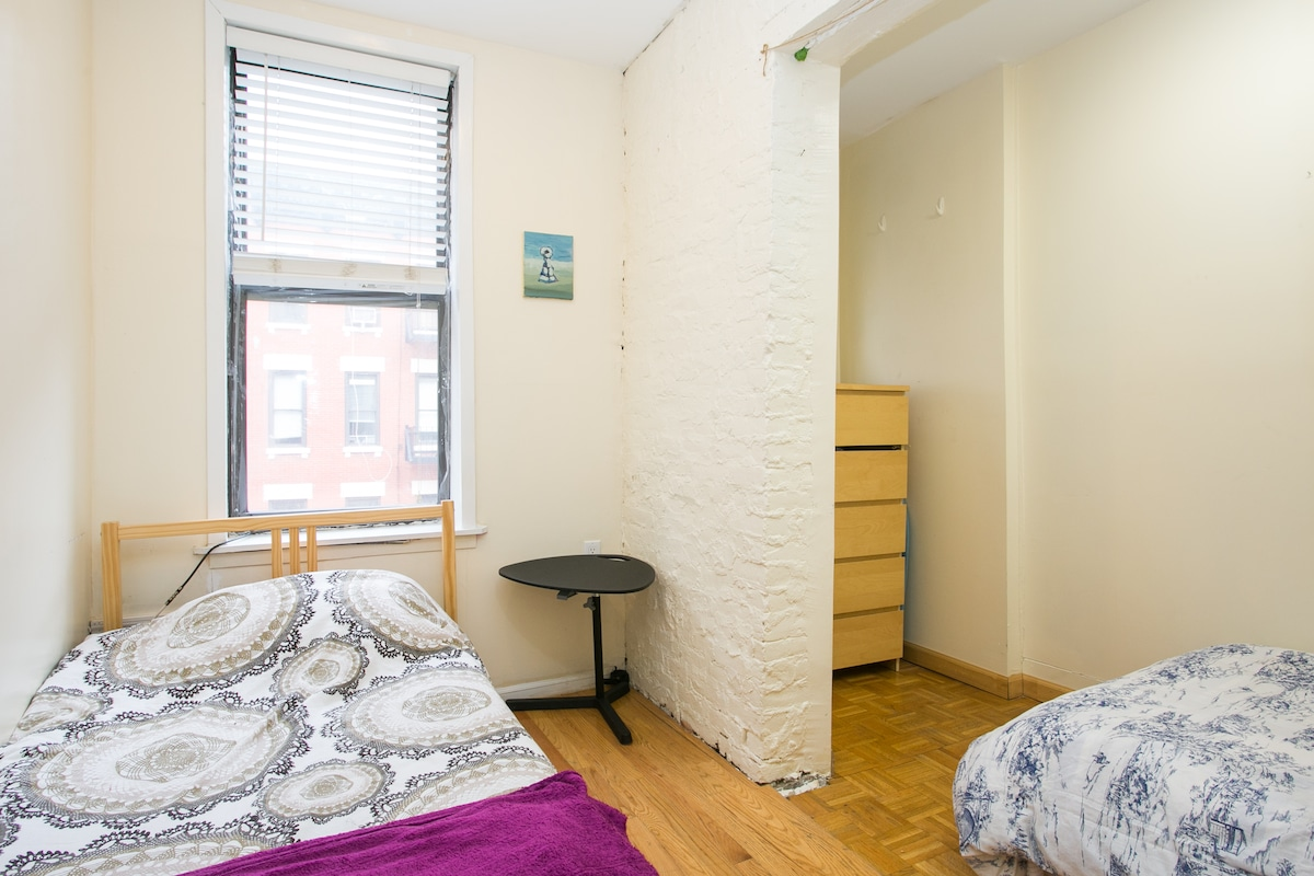 2 bedroom with 2 single beds