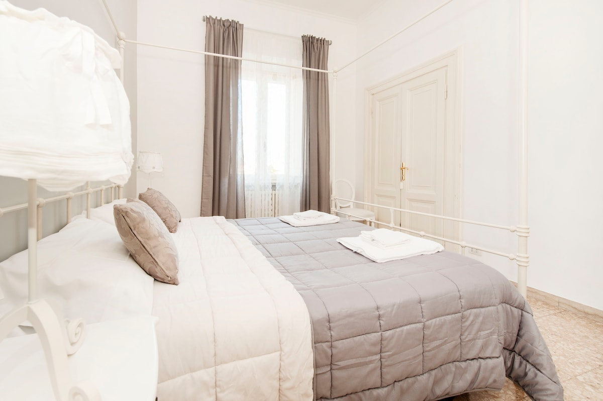 Alice's House - The Queen - Room 1 - Sweetness Provencal, cozy room with a view of the Basilica Santa Maria Maggiore -  ideal for couples, there is the possibility of adding 2 beds or cots.