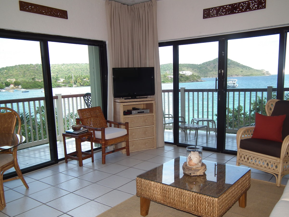 Panoramic views of the sea from the living room