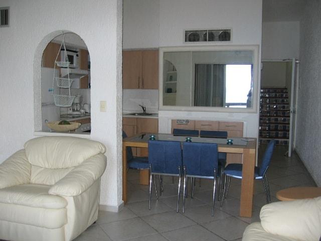 VISTA DE LA ESTANCIA Y COCINETA - VIEW OF LIVING ROOM AND KITCHENETTE