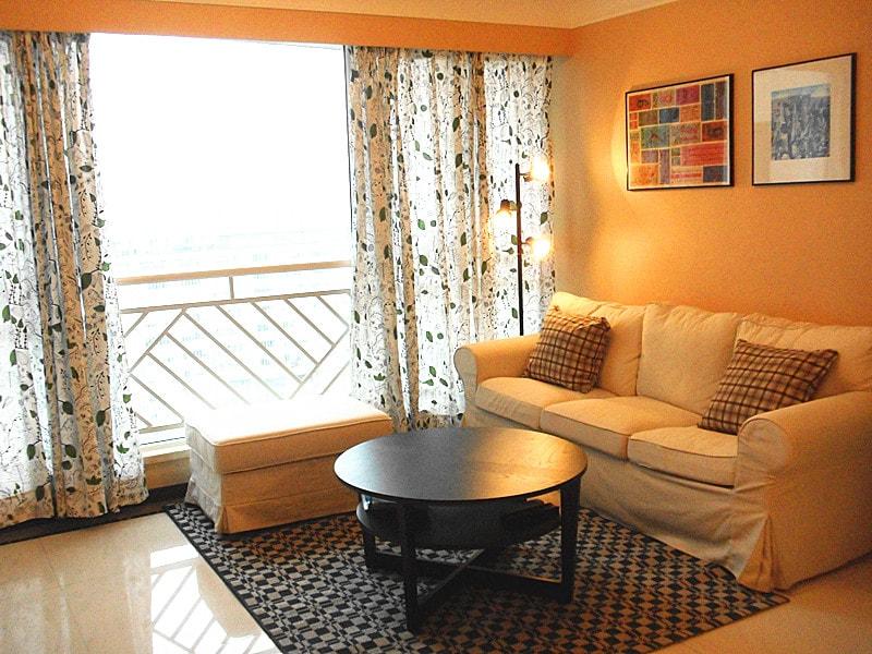 Cozy living room: soft sofa, comfortable cushions, warm carpet ......for relaxation and enjoyment.  温馨客厅:软软的沙发,舒服的靠垫,温暖的地毯......很享受很放松!