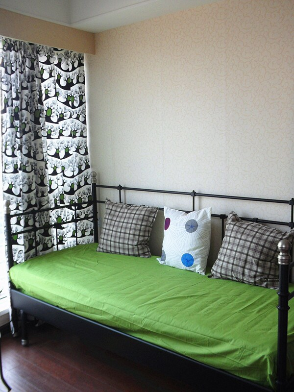 Study room/bedroom 2: Has a daybed, which can be extended to a 1.6-meter-wide double bed.  Can be easily converted to a bedroom if you have guests. 清新书房:这是一张坐卧两用床,伸展开来是一张1.6米宽的双人床。四人同行,书房轻松变身双人卧室哦!
