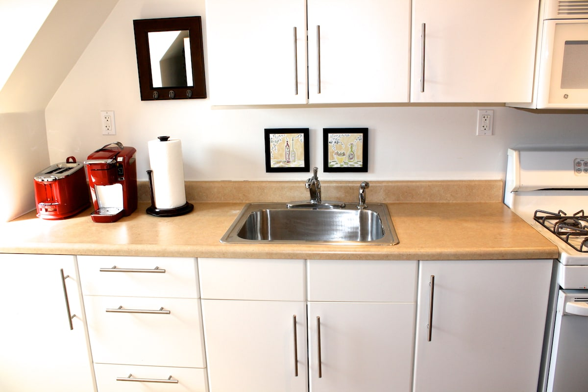 Kitchen cabinet and sink