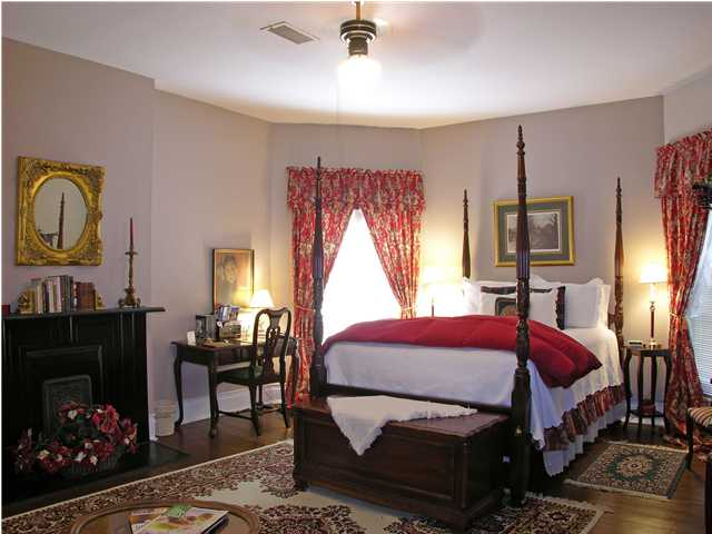 Katharines Rm: Queen bed, private bath, frig, WiFi, CABLE, and breakfast