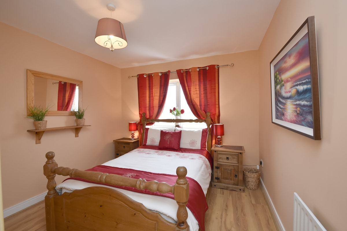 Red to bed, you will love delux cosy oak room this cosy for one or two..