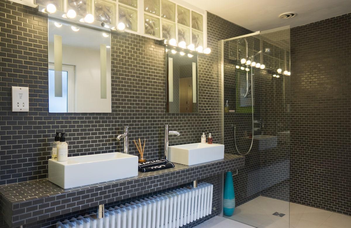 Double Sink -Walk in Shower\Wet Room - Guest Bathroom