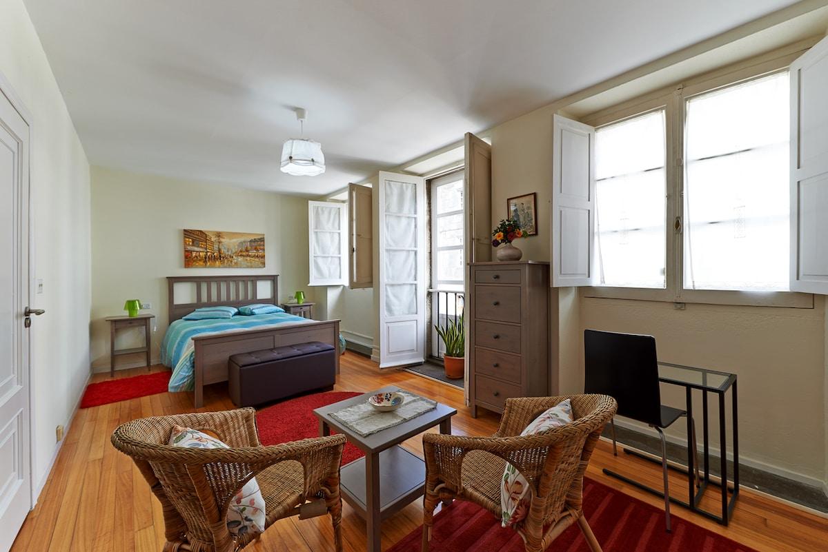 Habitación doble con dos ventanas y balcón a la bonita calle de Os Loureiros