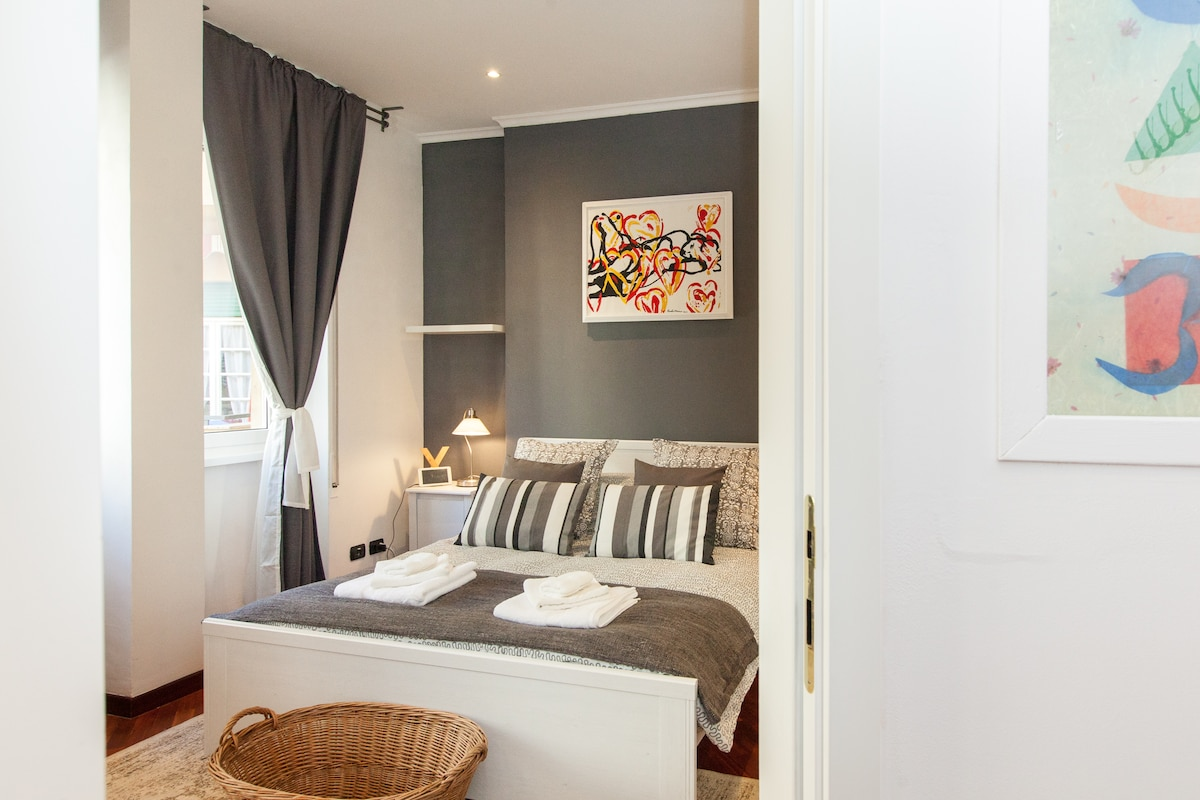Quando entri, subito dopo l'ingresso vieni accolto da una bella camera da letto, spaziosa e luminosa. When you arrive, immediately after the entrance you are greeted by a nice bedroom, spacious and bright.