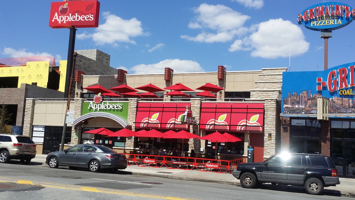 Applebee's in Coney Island, a great atmosphere to wine and dine.