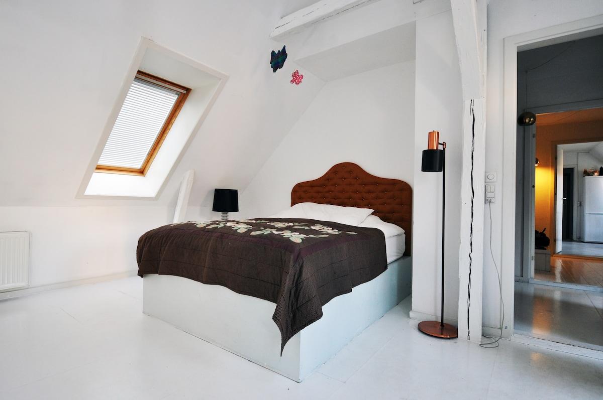 Private room: Big comfy bed.