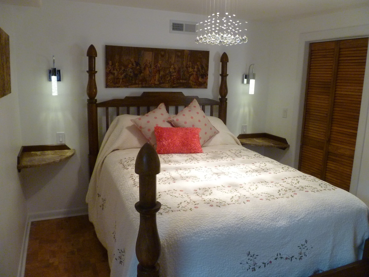 'Serta Boutique Suites Plush' Queen Mattress Bed, Crystal Chandelier with Marble Bed-side Shelving & Crystal LED Wall-lights