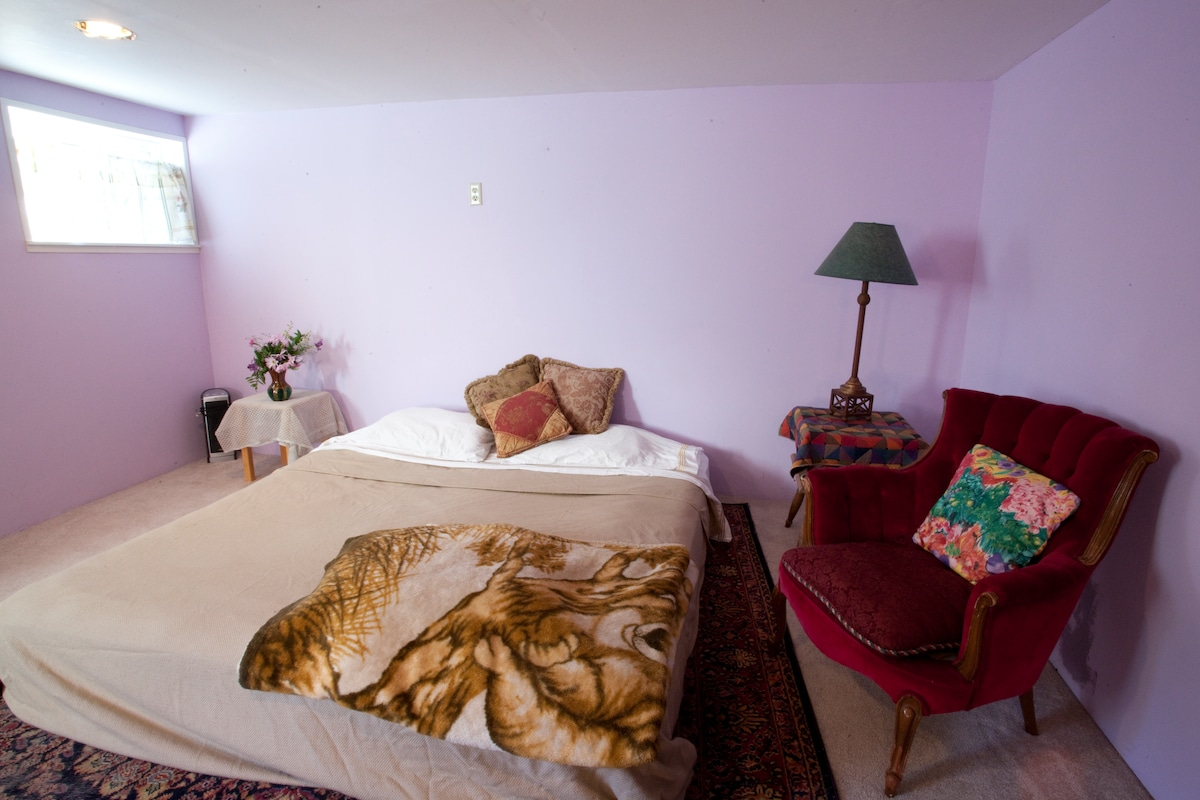 Some Guest like to bring their own Bedding. Extra Blankets and sheets are available. Towels and Shampoo provided.